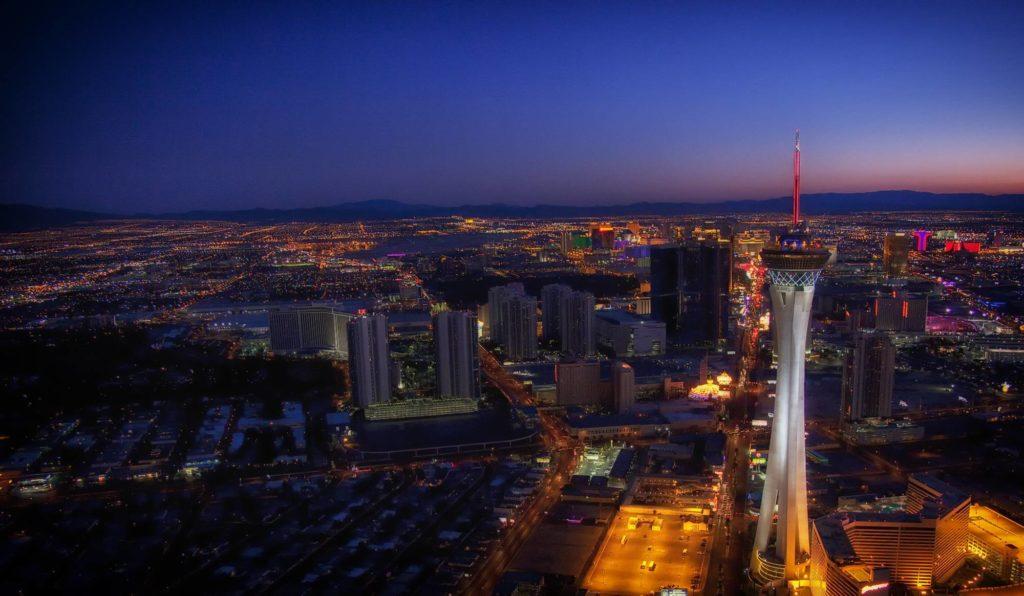 Strat Tower de nuit